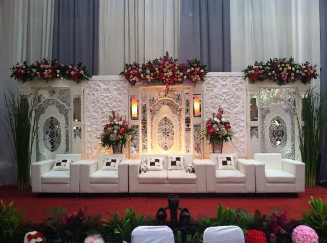 pelaminan minimalis putih + sofa + dekor bunga