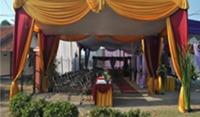 tenda semi dekor merah gold
